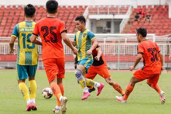 Cầu thủ Trấn Thành U19 VN cùng đồng đội vô địch tại giải Thiên Long